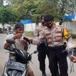 Di Pemalang, TNI-Polri Edukasi Prokes Melalui Pembagian Masker Gratis