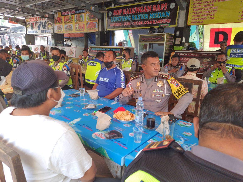 Ciptakan Kamtibcarlancar Dalam Operasi Patuh Candi 2021, Kasatlantas Polrestabes Semarang Ajak Kaum Duafa Sarapan Bersama